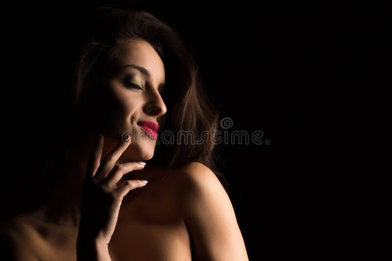 Retrato do estúdio da mulher de sorriso com a composição brilhante que levanta com foto de stock royalty free