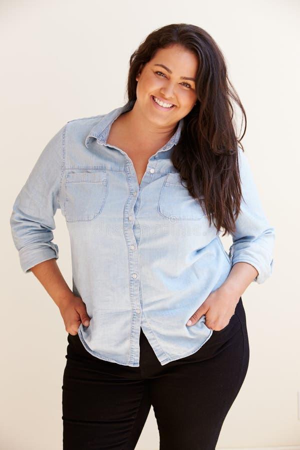 Retrato do estúdio da mulher excesso de peso de sorriso fotografia de stock