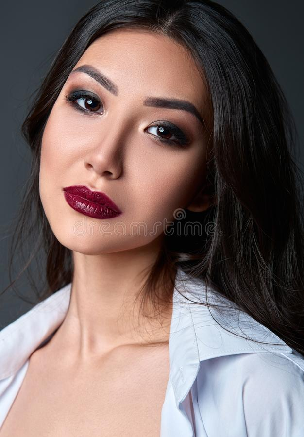Retrato do estúdio da mulher nova bonita Close-up da menina doce contra o fundo cinzento fotografia de stock royalty free