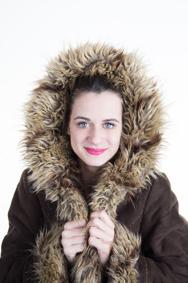 Retrato do estúdio da senhora bonita na forma falsificada da menina do casaco de pele fotos de stock