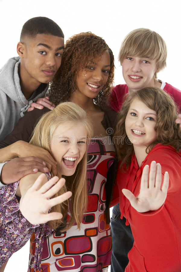 Retrato do estúdio de cinco amigos adolescentes imagens de stock royalty free