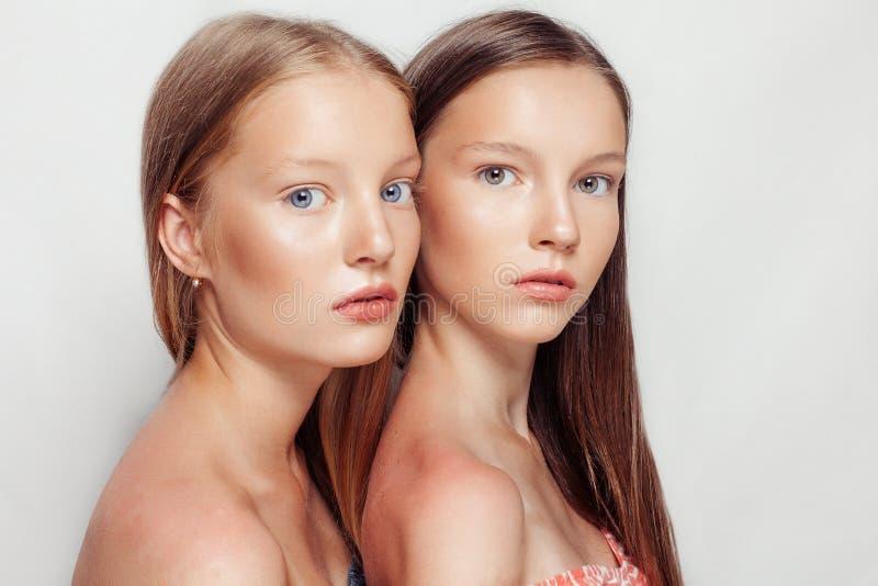 Retrato do estúdio de duas mulheres bonitas novas fotografia de stock royalty free