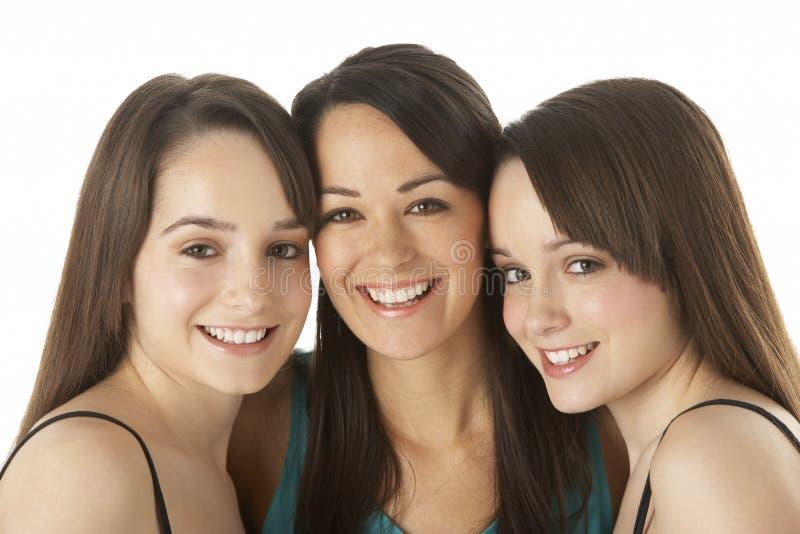 Retrato do estúdio de três mulheres novas fotos de stock