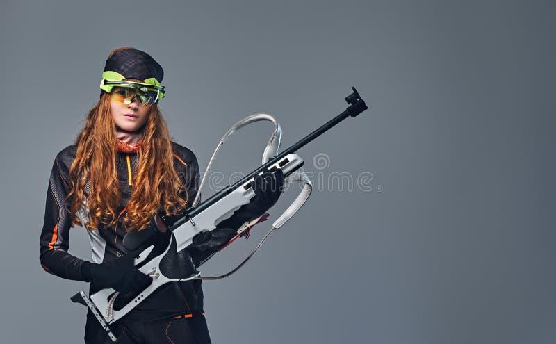 Retrato do estúdio de um campeão fêmea de Biatlon do ruivo fotos de stock royalty free