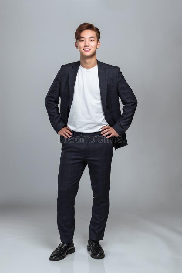 Retrato do estúdio de um homem de negócio asiático do leste novo seguro imagens de stock