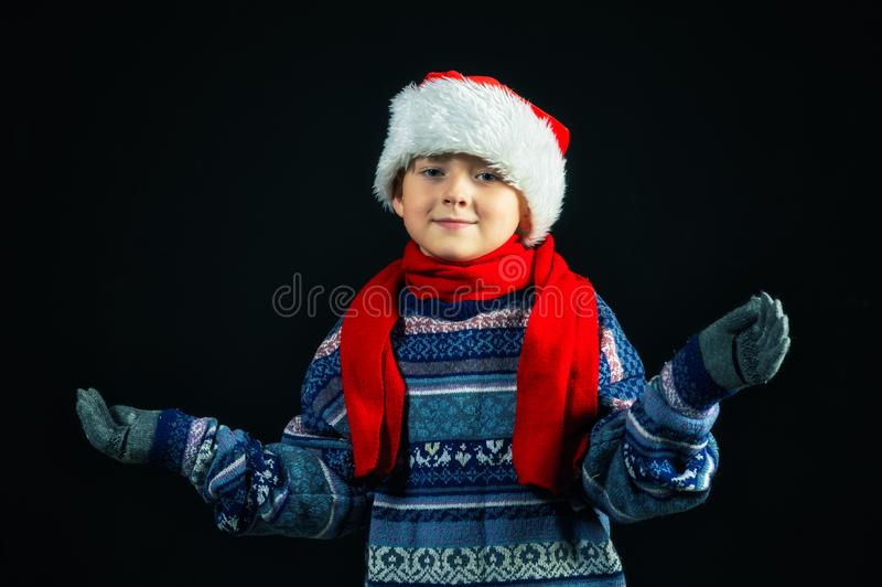 Retrato do estúdio de um menino alegre no chapéu de Santa fotos de stock royalty free