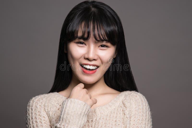 Retrato do estúdio de um retrato asiático do womanStudio dos anos 20 felizes de uma mulher feliz do asiático dos anos 20 fotografia de stock royalty free