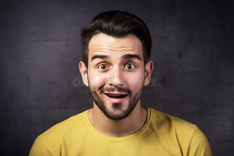 Retrato do estúdio de uma juventude de sorriso que olha a câmera foto de stock