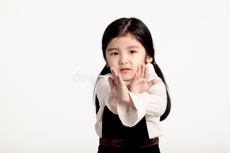 Retrato do estúdio de uma menina asiática que rejeita algo imagem de stock royalty free