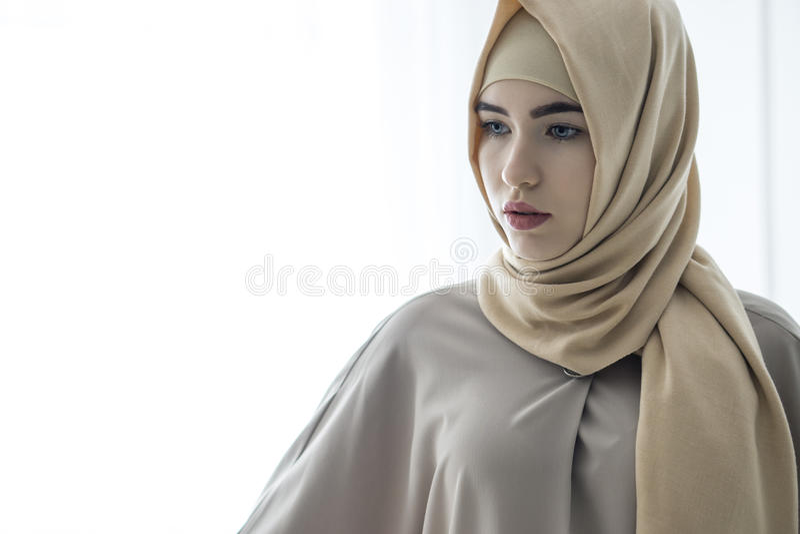 Retrato do estúdio de uma moça com uma cara europeia na roupa oriental em um fundo branco foto de stock
