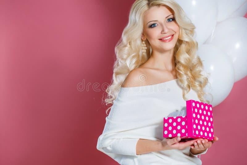 Retrato do estúdio de uma mulher bonita com um presente imagem de stock royalty free