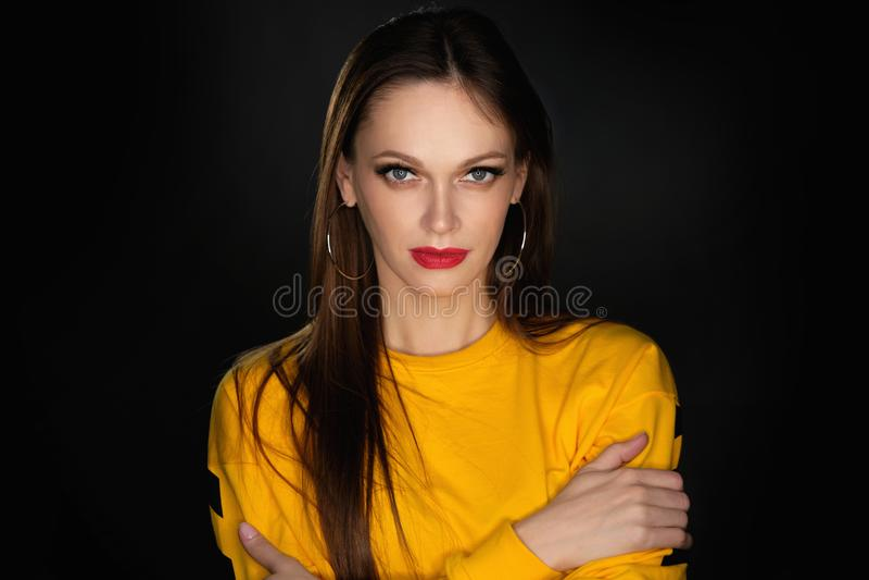Retrato do estúdio de uma mulher bonita fotografia de stock