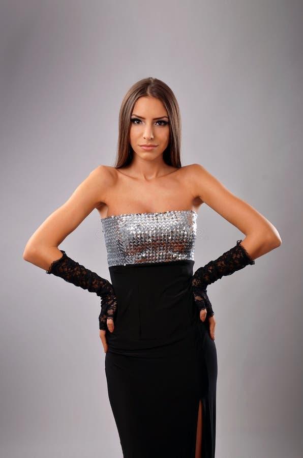 Retrato do estúdio de uma mulher elegante no vestido de noite foto de stock