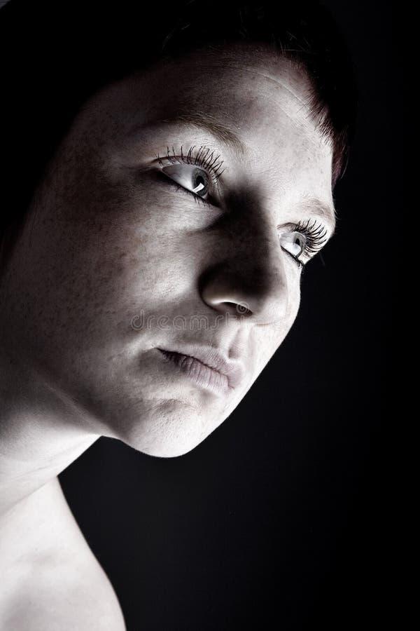 Retrato do estúdio de uma mulher misteriosa nova foto de stock royalty free