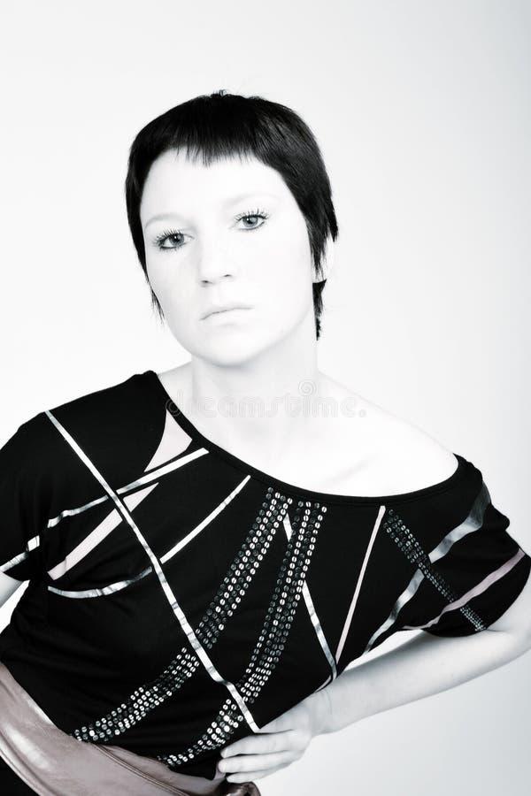 Retrato do estúdio de uma mulher nova com cabelo curto mim imagem de stock