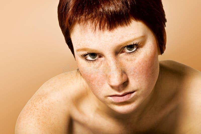 Retrato do estúdio de uma mulher nova de vista séria   imagem de stock