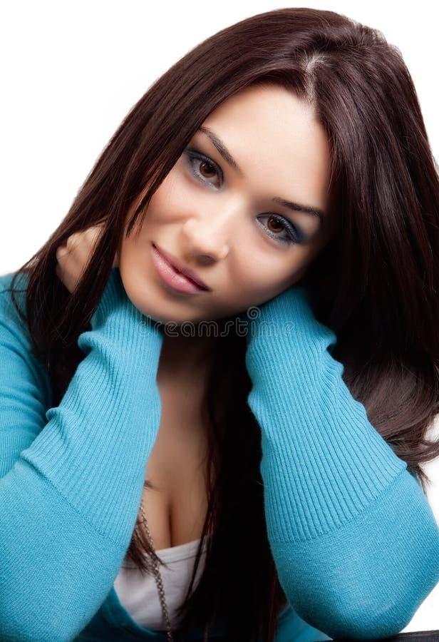 Retrato do estúdio de uma mulher triguenha bonito foto de stock