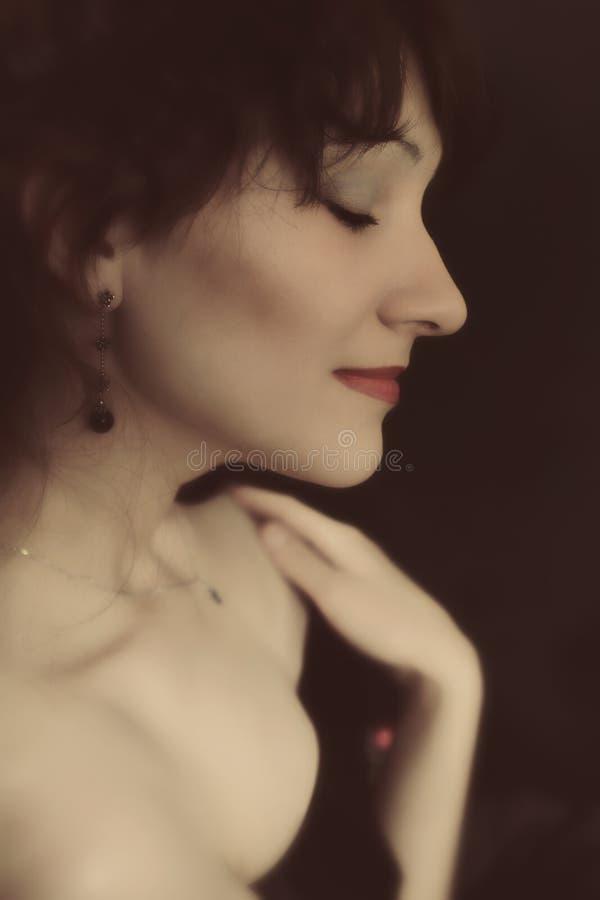 Retrato do estúdio de uma mulher triguenha nova fotos de stock royalty free