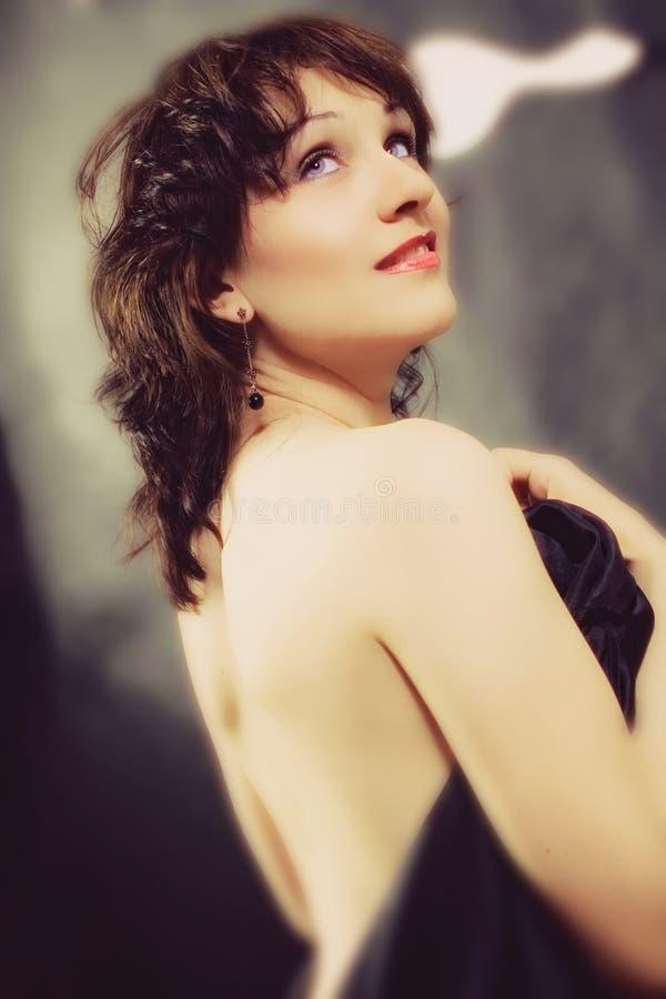 Retrato do estúdio de uma mulher triguenha nova imagem de stock