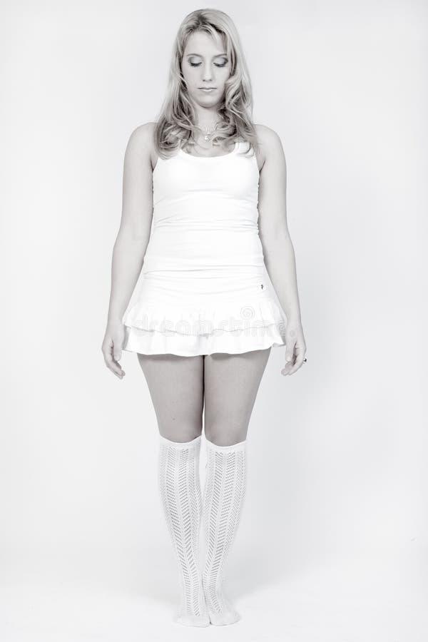 Retrato do estúdio de uma posição loura longa da menina foto de stock