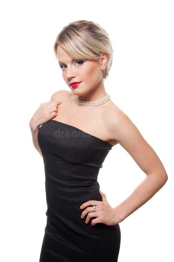 Retrato do estúdio de uma rapariga no vestido preto foto de stock