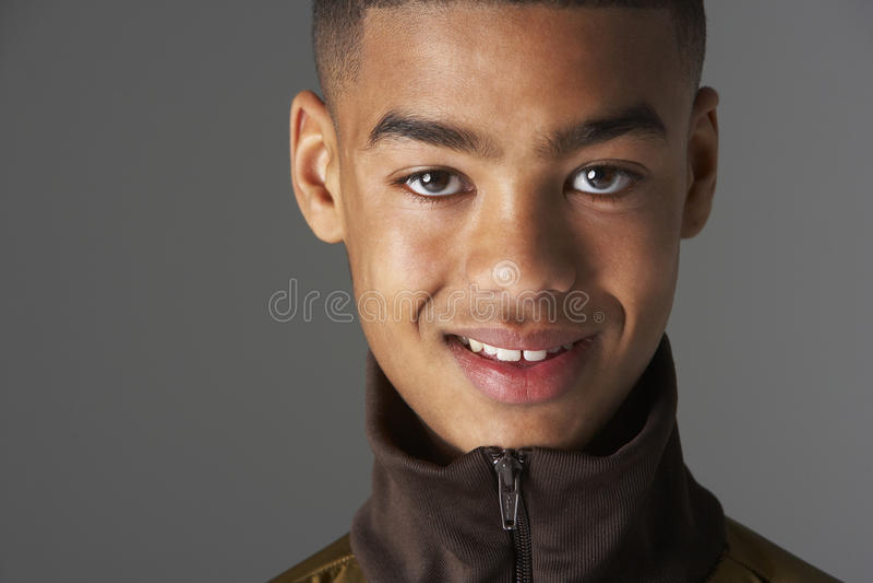 Retrato do estúdio do adolescente Fashionably vestido imagens de stock royalty free