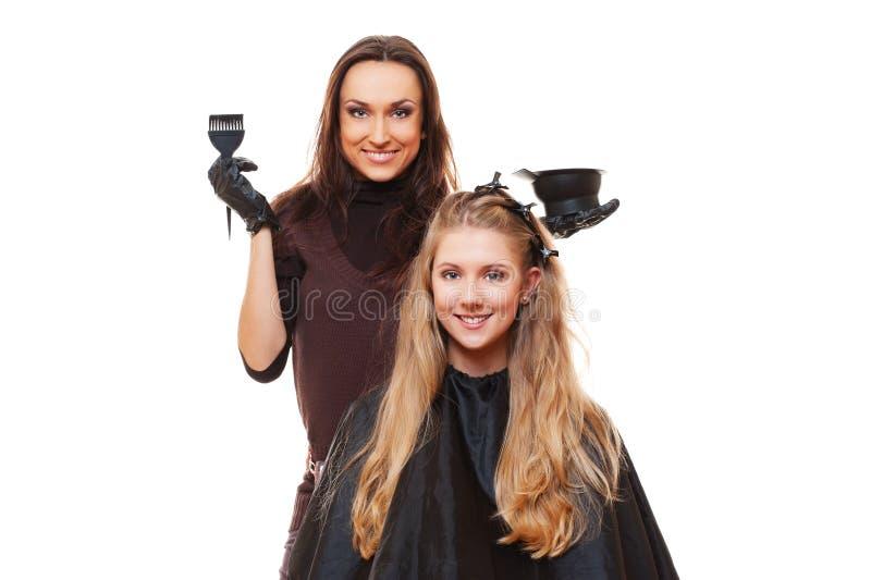 Retrato do estúdio do cabeleireiro que faz a tintura de cabelo fotos de stock royalty free