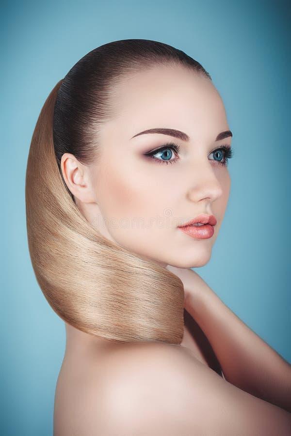 Retrato do estúdio do close-up da mulher loura bonita com cabelo dos cuidados médicos fotos de stock