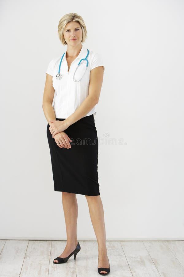 Retrato do estúdio do doutor fêmea Against White Background fotografia de stock royalty free
