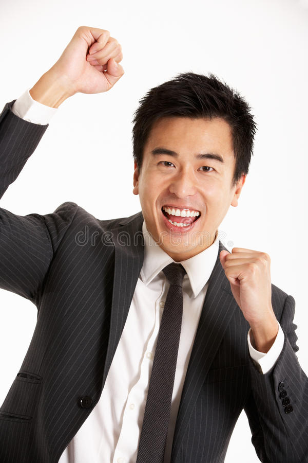 Retrato do estúdio do homem de negócios chinês que comemora imagem de stock royalty free