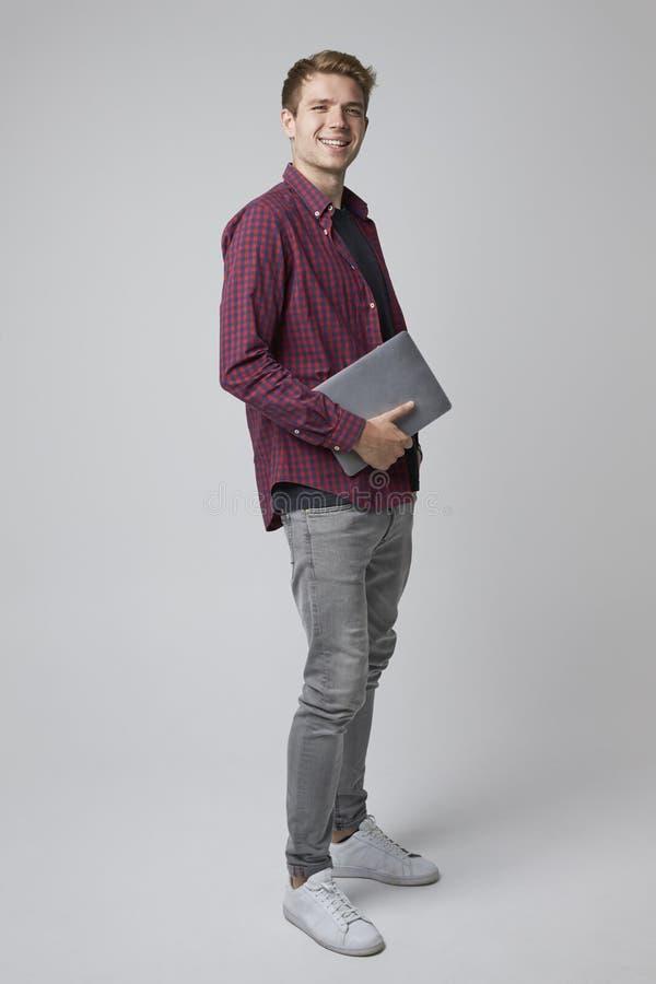 Retrato do estúdio do homem de negócios ocasionalmente vestido With Laptop imagens de stock royalty free