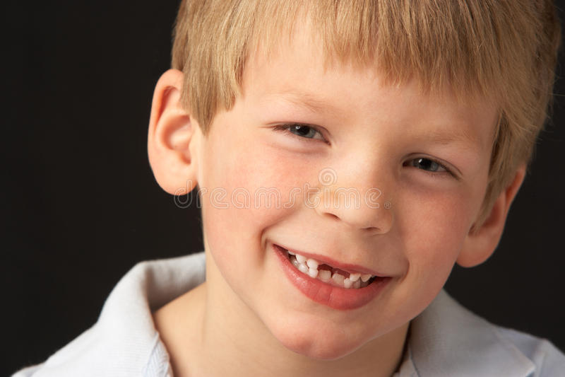Retrato do estúdio do menino de sorriso imagem de stock royalty free