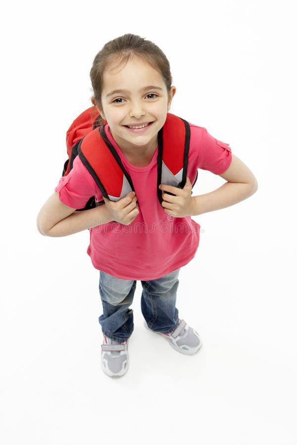 Retrato do estúdio do saco de escola desgastando de sorriso da menina fotos de stock royalty free