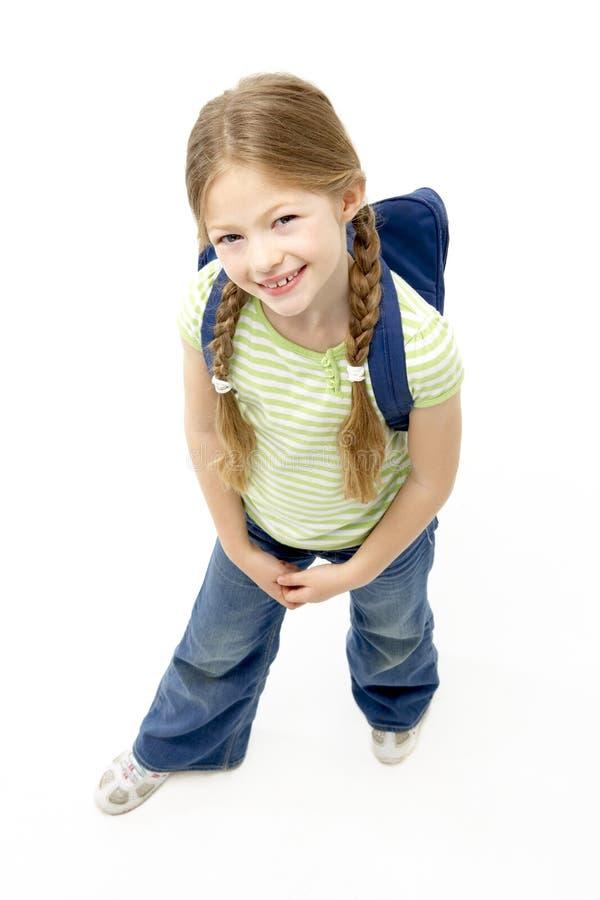 Retrato do estúdio do saco de escola desgastando de sorriso da menina fotografia de stock