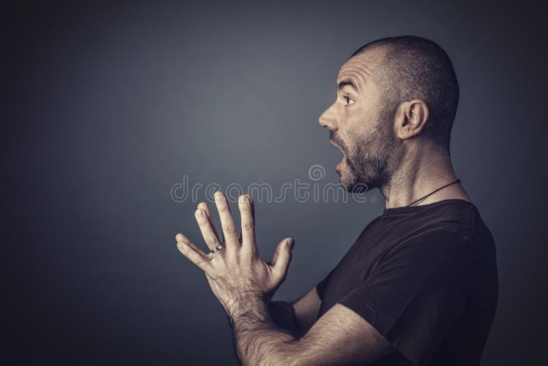 Retrato do estúdio do homem com cabelo curto e expressão surpreendida imagens de stock