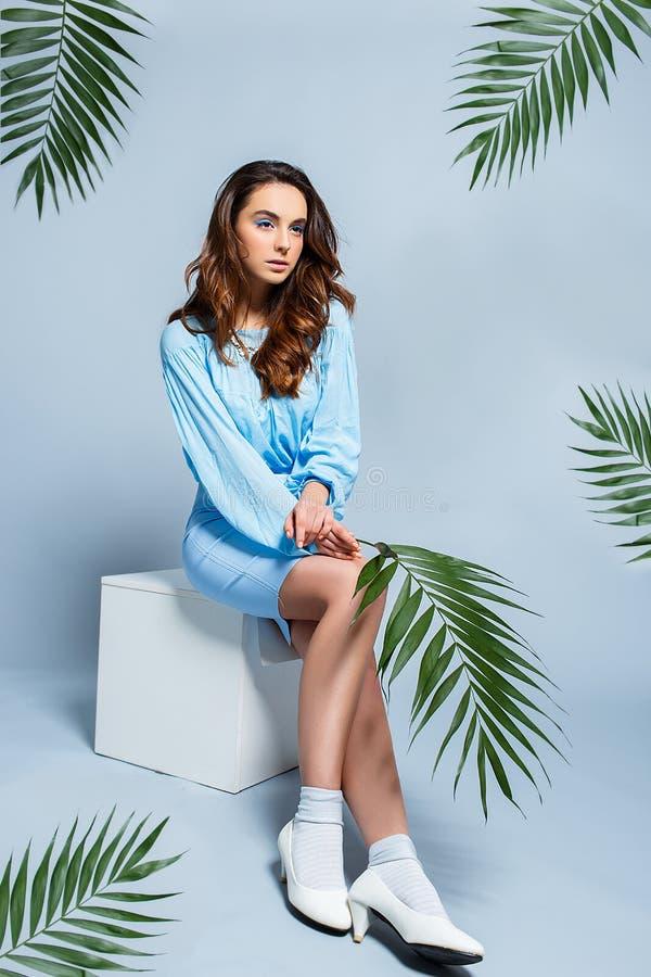 Retrato do estúdio do modelo 'sexy' novo com folhas verdes imagem de stock