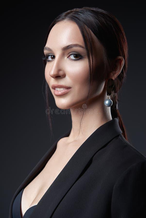 Retrato do est?dio da mulher nova bonita Close-up da menina bonita contra escuro - fundo cinzento fotografia de stock royalty free