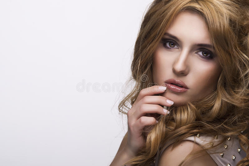 Retrato do estilo da moda da mulher delicada bonita imagem de stock royalty free