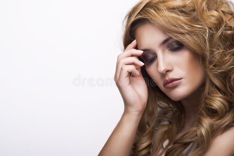Retrato do estilo da moda da mulher delicada bonita imagem de stock