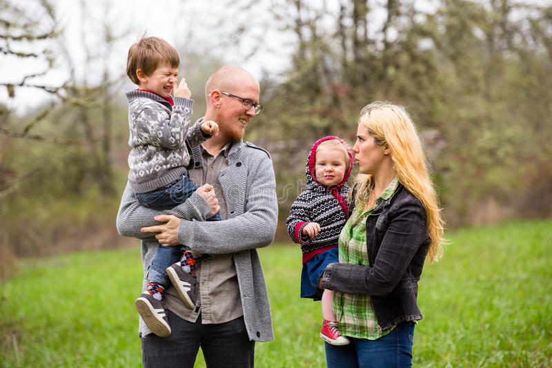 Retrato do estilo de vida da família fora fotografia de stock royalty free