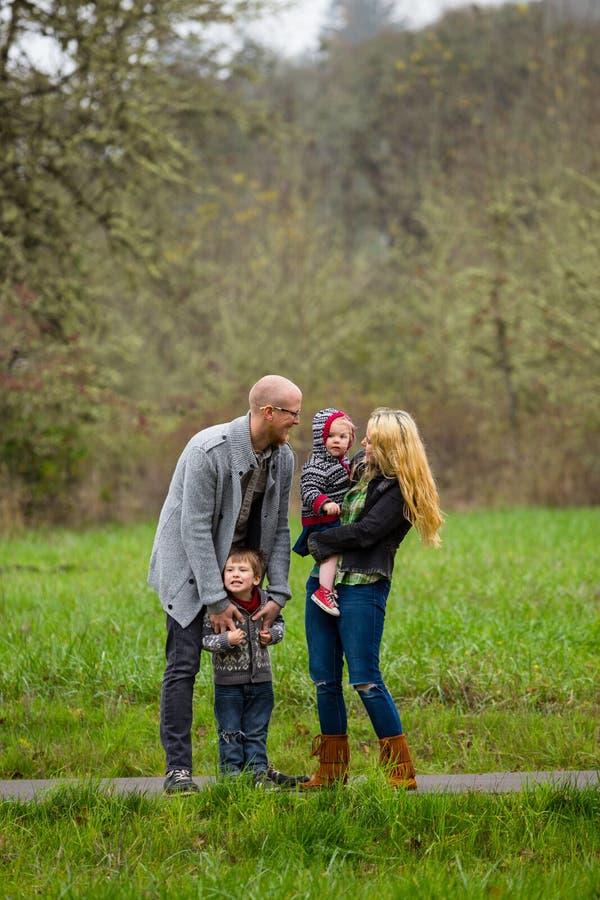 Retrato do estilo de vida da família fora fotos de stock royalty free
