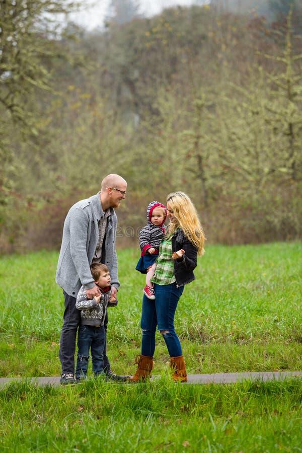Retrato do estilo de vida da família fora imagens de stock royalty free