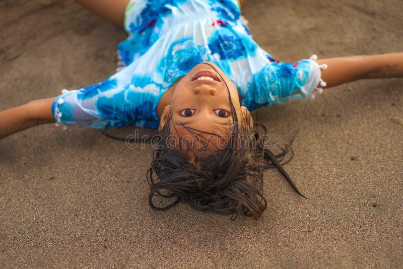 Retrato do estilo de vida da praia de anos misturados americanos asiáticos bonitos e felizes novos do encontro de jogo velho da m foto de stock royalty free