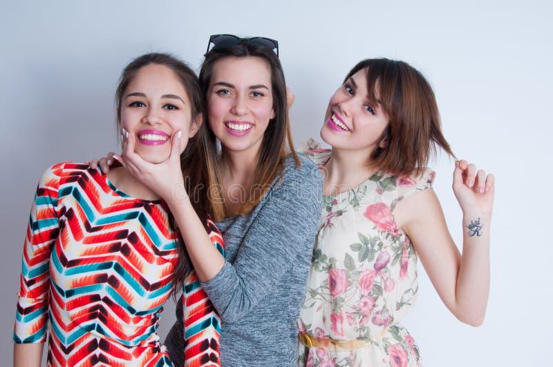 Retrato do estilo de vida do estúdio de três melhores amigos fotografia de stock royalty free