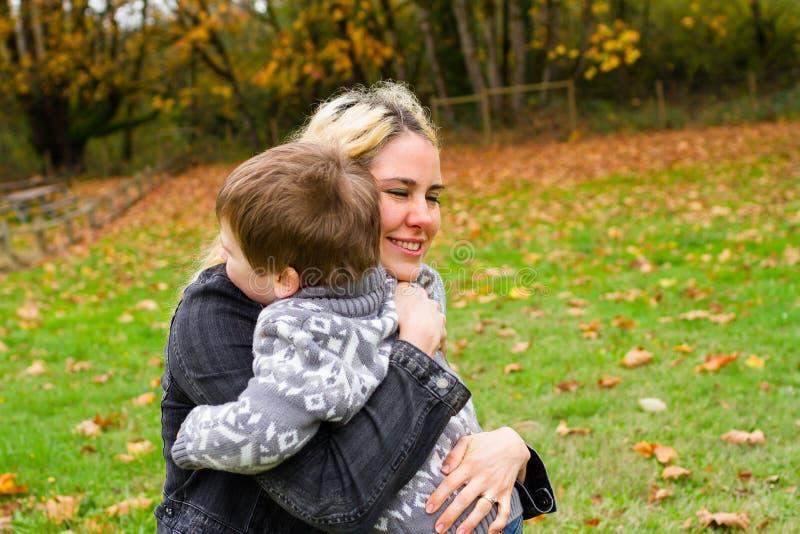 Retrato do estilo de vida do filho da mãe fotografia de stock royalty free