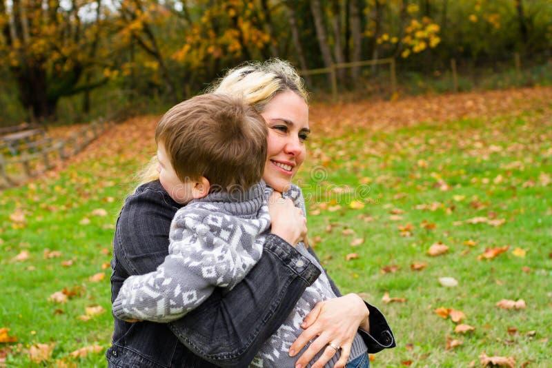 Retrato do estilo de vida do filho da mãe imagens de stock royalty free