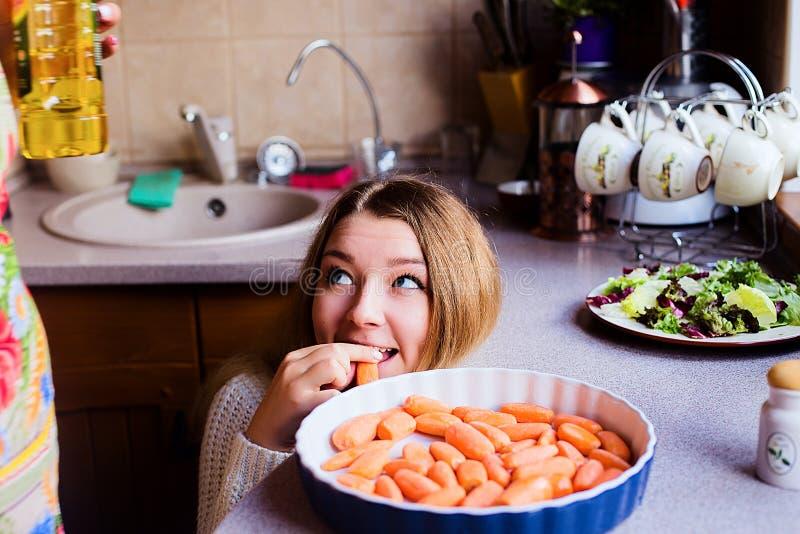 Retrato do estilo de vida de duas jovens mulheres felizes que cozinham vegetais para o jantar da ação de graças imagem de stock