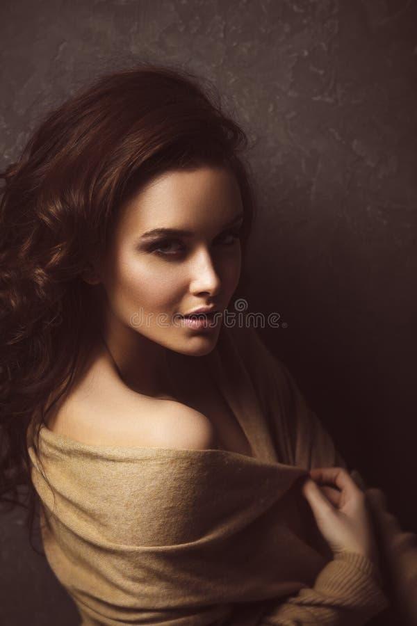 Retrato do estilo do encanto da mulher moreno bonita fotografia de stock