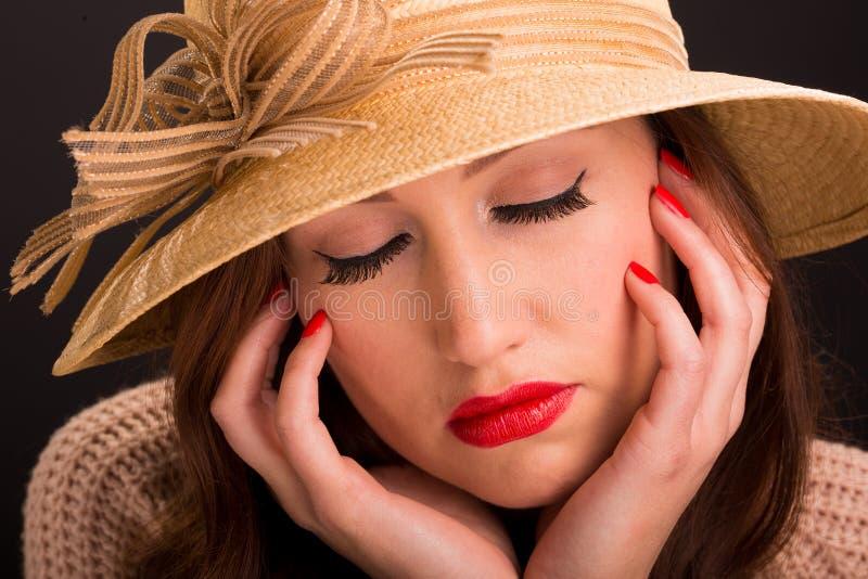 Retrato do estilo do vintage da jovem mulher bonita que veste um chapéu do verão foto de stock