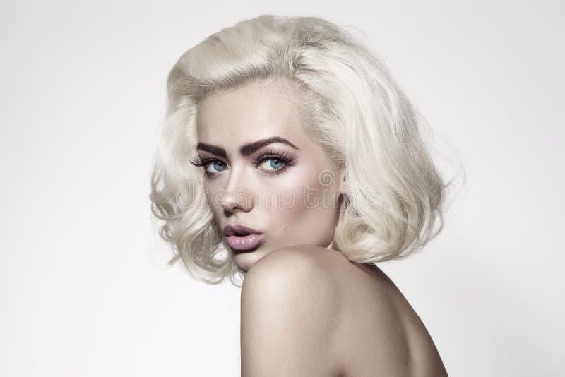 Retrato do estilo do vintage da mulher bonita nova com platina bl foto de stock royalty free